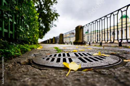 Canvas-taulu Rainy autumn day in the city, an alley in the park running along the embankment