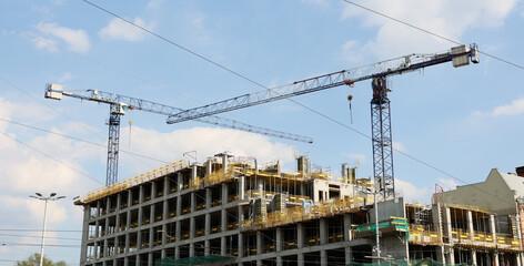 Budowa w centrum miasta biurowca i apartamentów mieszkalnych.