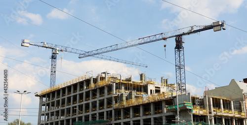 Obraz Budowa w centrum miasta biurowca i apartamentów mieszkalnych. - fototapety do salonu