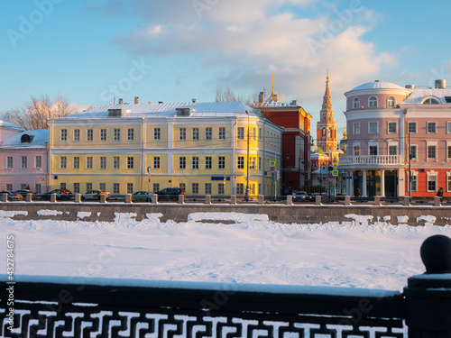 Tableau sur Toile Winter view of historic Kadashevskaya Embankment along Vodootvodny Canal in cent