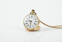 Goldene Taschenuhr Auf Weißem Untergrund, Freisteller