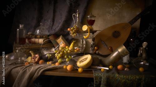 Fotografia jak malarstwo olejne przedstawiająca martwą naturę z rogiem myśliwskim, lutnią  i owocami w stylu starych mistrzów malarstwa holenderkiego.