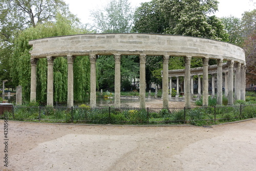 Vue des colonnades du parc Monceau Fototapet