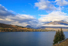 Lake Wakatipu, South Island, New Zealand, And Surrounding Mountains. Across The Water Is Kelvin Heights, Part Of The Resort Town Of Queenstown