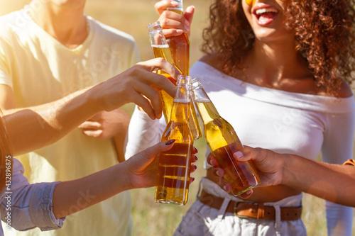 Fotografiet Group having fun enjoying refreshing beverage