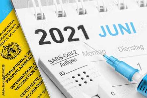 Canvas Print Corona Test und Impfung mit Kalender und Impfpass Juni 2021