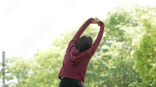公園でストレッチをする女性 - fototapety na wymiar