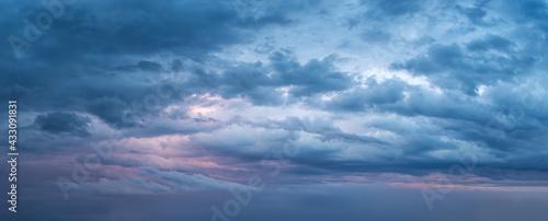Fotografía Dramatic overcast sky at evening panoramic shot