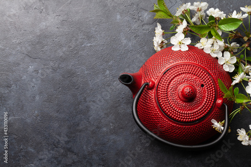 Obraz Japanese tea pot and cherry blossom - fototapety do salonu