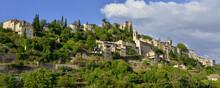 Panoramique Pespective Sur Montbrun-les-Bains (26570) Au-delà Des Champs, Département De La Drôme En Région Auvergne-Rhône-Alpes, France