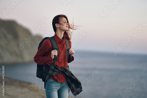 Fototapeta Traveler sweaters with backpack on the back and mountains in the background beach ocean obraz