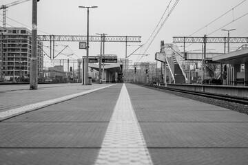 czarno białe zdjęcie dworca kolejowego