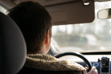 mężczyzna jadący samochodem