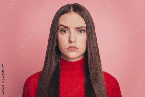 Carta da parati Offended young woman wearing casual t-shirt frowning isolated over pink backgrou