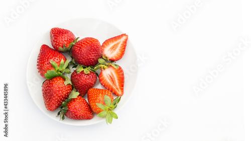 Czerwone, dojrzałe truskawki na białym tle, na talerzu - fototapety na wymiar