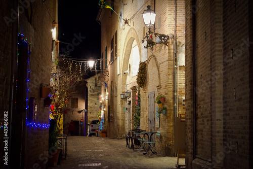 Włoska uliczka w święta - fototapety na wymiar