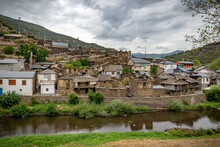 Pueblo De La Montaña Muy Antiguo Con Tejados De Pizarra