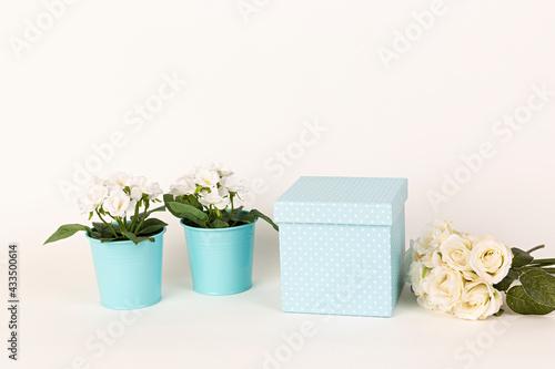 Fotografering Caja para regalo y ramo de rosas blancas.