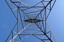 Torre De Alta Tensão Vista Debaixo Formando Figuras Geométricas Com Simetria.