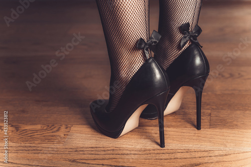 Canvas-taulu sexy woman legs in high heel black shoes
