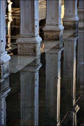 Canvas Vertical shot of ancient colonnades reflected on the ground