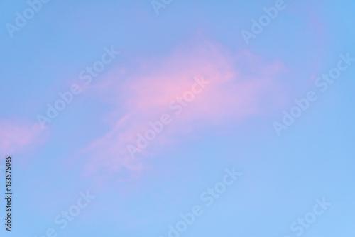 niebo z różową chmurką - fototapety na wymiar