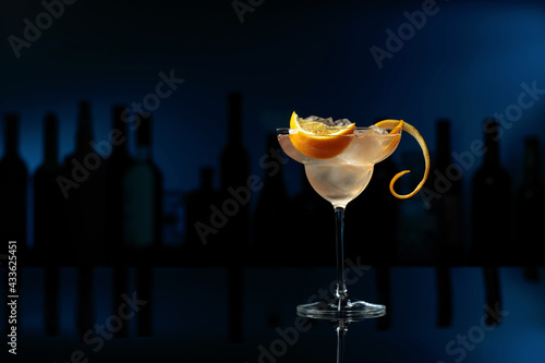 Obraz Cocktail Great Gatsby on a black table in a bar. - fototapety do salonu