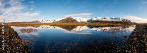 Billede på lærred Icelandic mountain range with beautiful snowcapped mountains reflected into still water