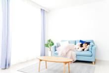 ソファーで仮眠を取る若い女性