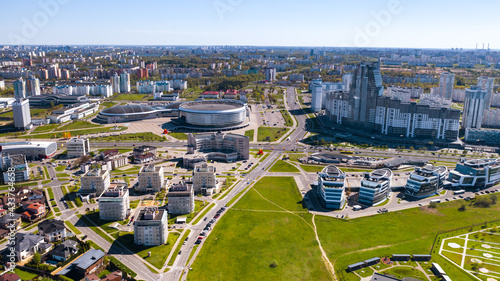 Fotografía View from the height of the Drozdy district and the Minsk sports complex Minsk Arena in Minsk