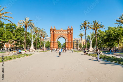 Obraz na płótnie Picture of the Triumph Arch of Barcelona captured in a sunny day with people walking through Lluis Companys promenade