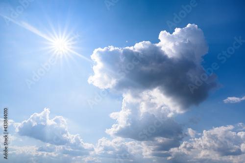 obłoki i słońce na niebie