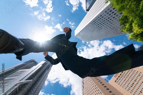 ジャンプするビジネスマン Fototapete
