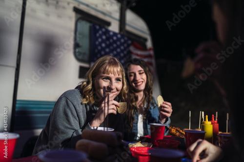 Fotografia Grupo de amigos comiendo barbacoa por el día de la independencia de estados unid