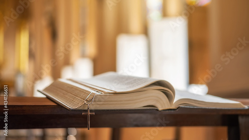 Fotografia The opened Bible on altar in the public church.
