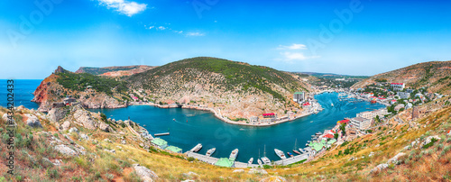 Fotografía Panoramic view of Balaklava bay with yachts and ruines of Genoese fortress Chemb