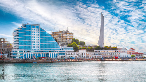 Fotografia Residential complex Cape Khrustalny and the obelisk to the Hero City of Sevastopol during sunny day