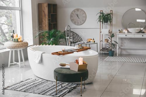 Valokuva Stylish interior of modern bathroom with burning candles