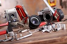 Analoge TLR Und SLR Fotokameras Mit Unterschiedlichen Werkzeugen Auf Holztisch Vor Vintage Hintergrund Liegend