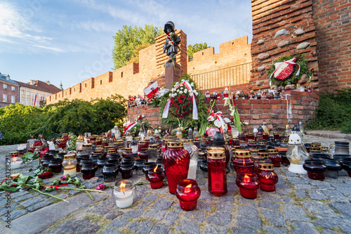 Stampa su Tela Warsaw Uprising Memorial Day, flowers, candles and Polish flags near Little Insurrectionist sculpture, a statue of the child soldiers