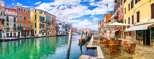 Fotografia Romantic venetian canals. beautiul town Venice, Italy