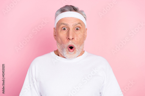 Canvas-taulu Photo portrait of elder man in headband staring amazed with opened mouth isolate