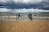 Fototapeta Fototapety z morzem do Twojej sypialni - Rowy Morze bałtyckei schody zejście barierki promenada