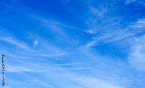 Fotografiet White clouds in blue sky