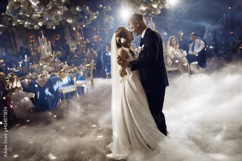 First wedding dance of newlyweds Fotobehang