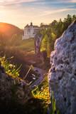 Fototapeta Kamienie - Zamek Pieskowa Skała i Maczuga Herkulesa w zachodzącym słońcu. Ojcowski Park Narodowy