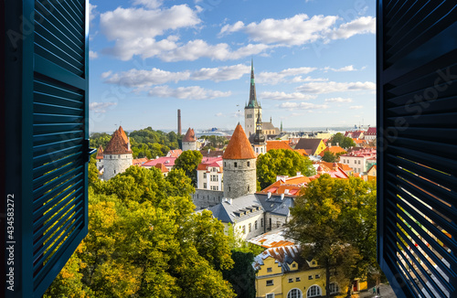 Fotografia View through an open window of the medieval walled Old Town center of Tallinn Estonia along the Baltic Sea from the lookout point on Toompea Hill