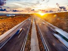 Camiones Y Coches Circulando Por La Autopista. Camiones Que Transportan Mercancías En La Carretera. Logística De Empresa E Infraestructura De Envíos