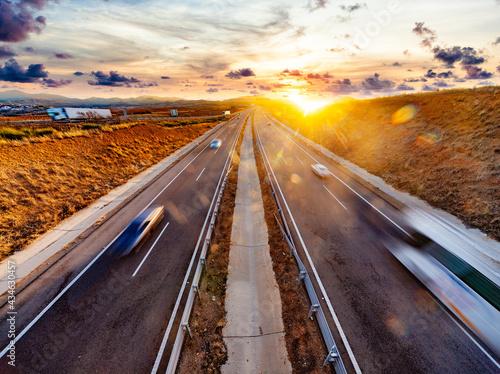 Obraz na plátně Camiones y coches circulando por la autopista