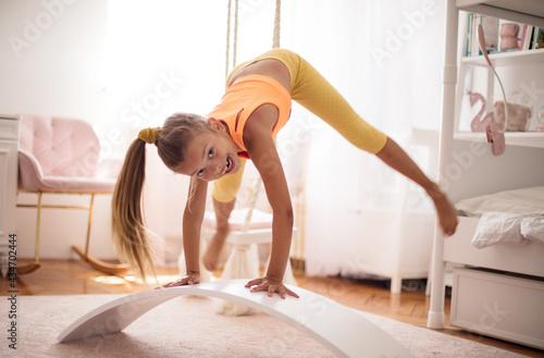 Canvastavla Little girl stretching.